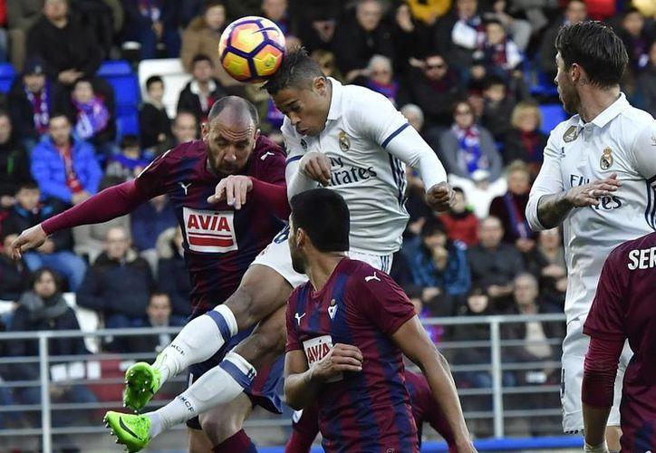 El centrocampista del Real Madrid, Mariano Diez Mejía, encabeza el balón durante el partido de la Liga española entre el Real Madrid y Eibar, en el estadio Ipurua, este sábado. El Real Madrid ganó el partido por 4-1. (Foto AP / Álvaro Barrientos)