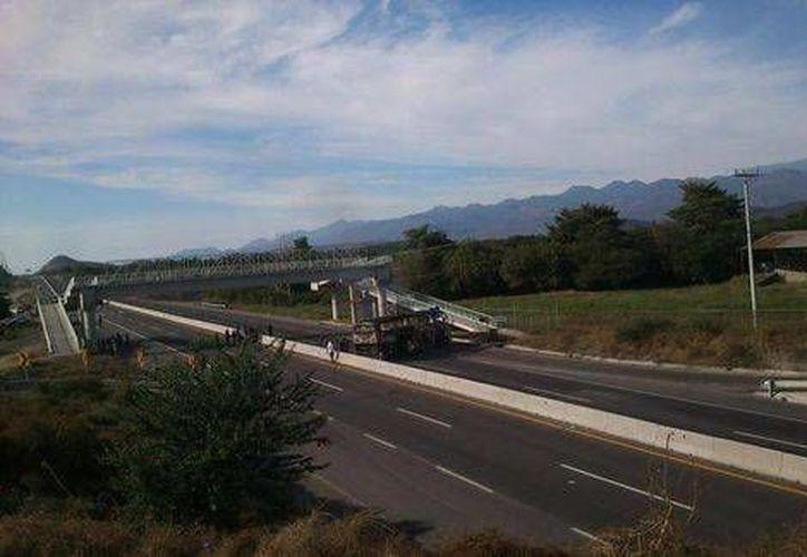 En Parácuaro, Michoacán, desconocidos quemaron algunos autobuses. (Milenio)