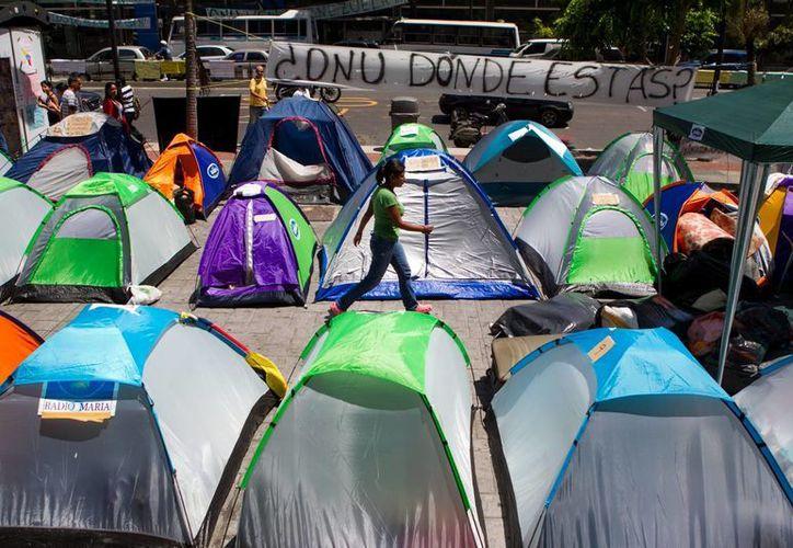 Protestas frente a las oficinas de la ONU en Caracas en contra del Gobierno del presidente Nicolas Maduro. (EFE)
