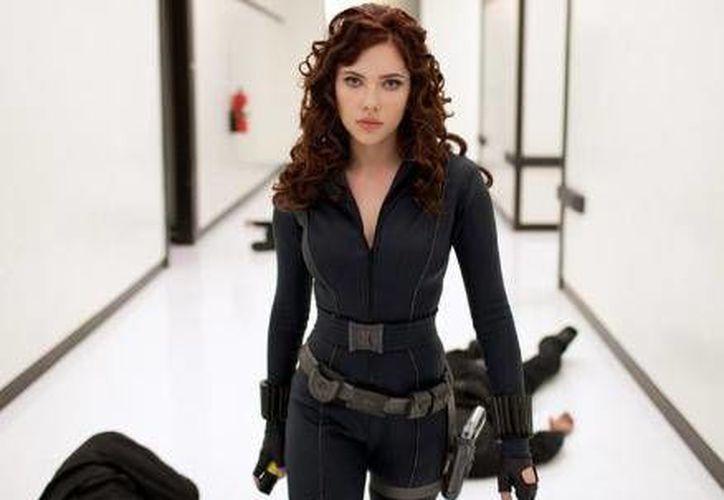 La actriz Scarlett Johansson recaudó un total de mil 200 millones de dólares en ganancias por las películas 'Civil War' y 'Salve, César'.(Archivo/AP)