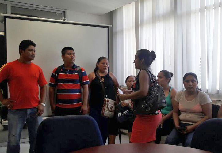 Los padres de familia acudieron a la SEQ para exigir un espacio para la educación de sus hijos. (Edgar Olavarría/SIPSE)