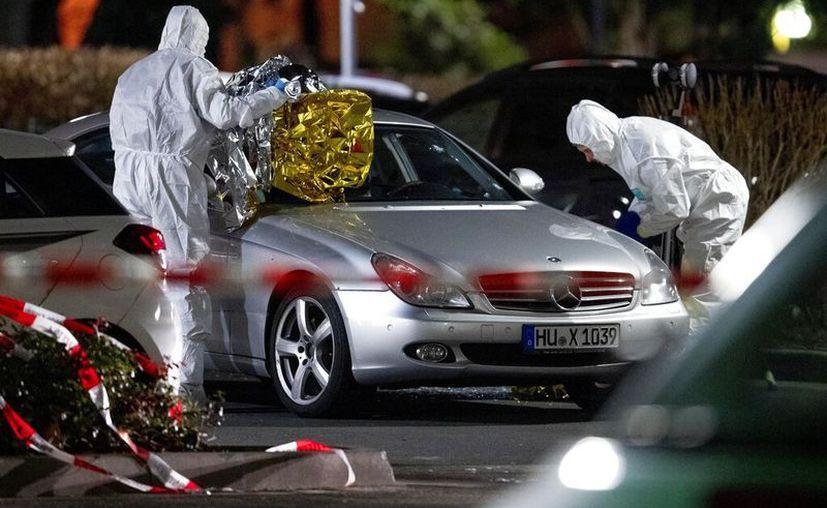 Forenses investigan la escena de un tiroteo en Hanau, Alemania. (AP Foto/Michael Probst)