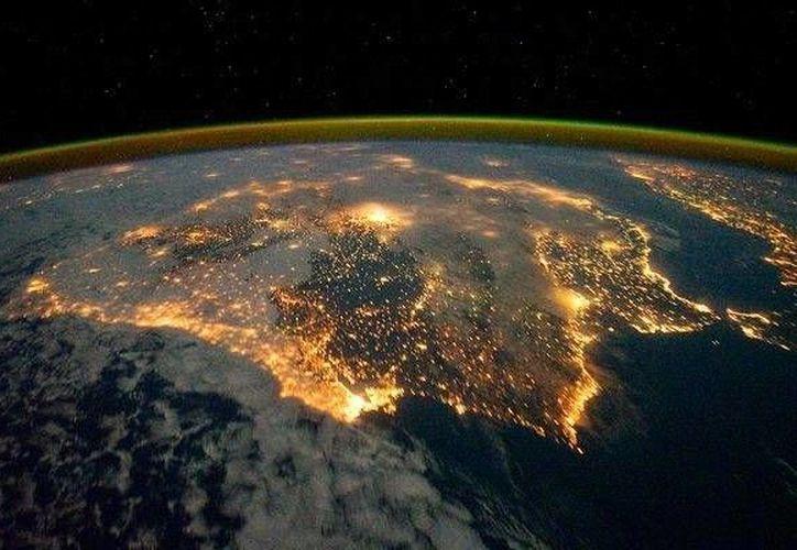 National Geographic transmitirá imágenes de luces de ciudades y estrellas fugaces. En la imagen, la península Ibérica (España y Portugal) en vista nocturna desde el espacio. (Archivo/Agencias)