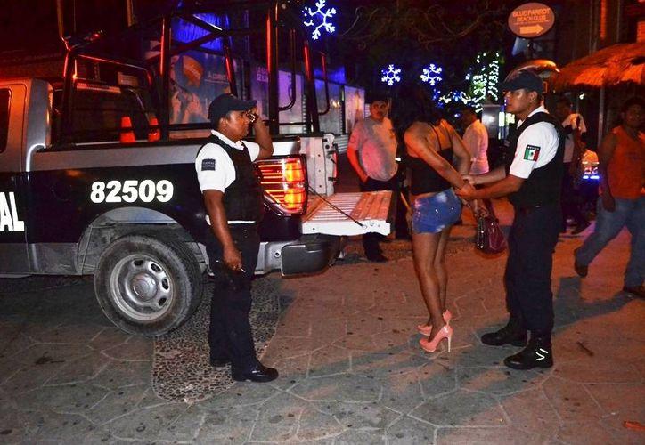 Uno de varios travestis que ofrecían sus servicios en la calle, fue detenido ayer. (Redacción/SIPSE)