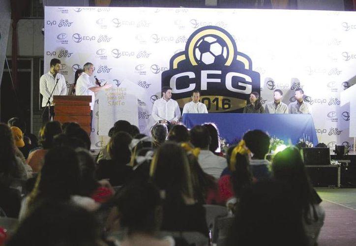 La noche del miércoles se inauguró la copa 'Faro Giro Mérida' de futbol, que se desarolla desde hoy en el deportivo Cumbres. (Amílcar Rodríguez/SIPSE)
