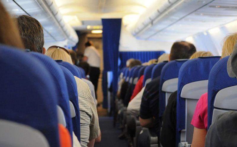 Tenía calor y abrió la ventana del avión