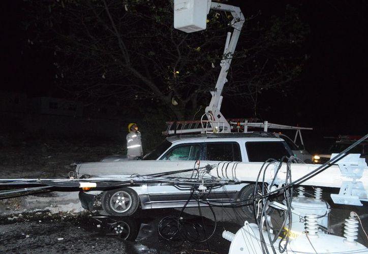 Una camioneta conducida por un sujeto alcoholizado impactó y derribó un poste de energía eléctrica. (Carlos Navarrete/SIPSE)