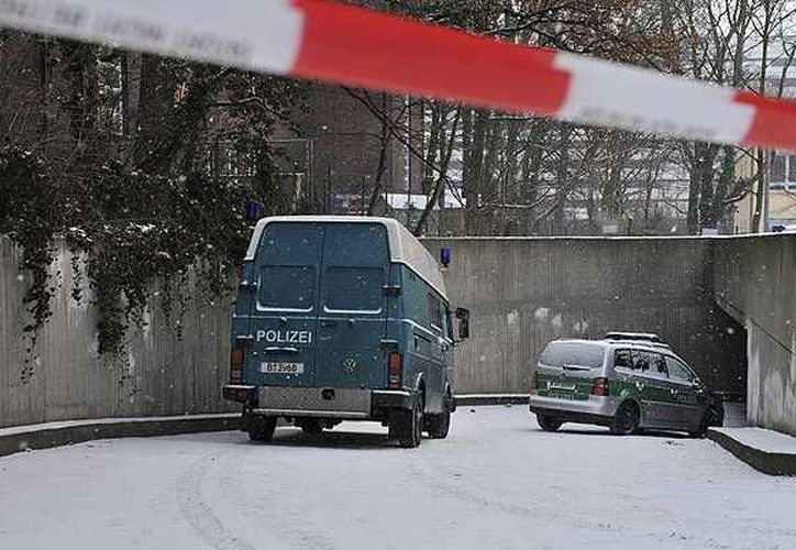 La policía trata ahora de investigar si alguna de las personas que vive en las inmediaciones del banco asaltado y del estacionamiento subterráneo escuchó algún ruido. (emol.com)