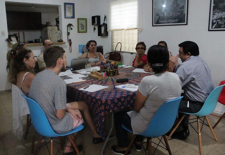 Alrededor de siete personas acudieron al taller en donde además se les enseñará a los asistentes a estructurar sus pensamientos (Faride Cetina/SIPSE)