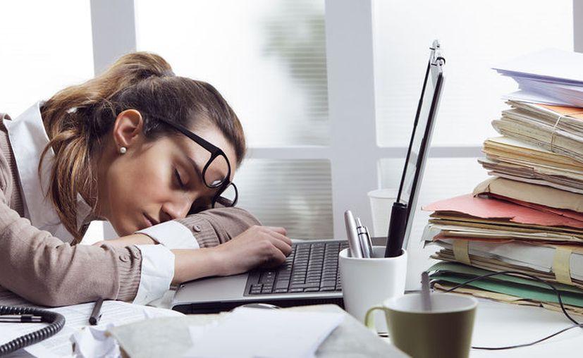 Si vives un estilo de vida sedentario, si trabajas frente a un escritorio, ves largo tiempo televisión, rara vez haces ejercicios, puedes comenzar a sentirte más cansado.  (Contexto/Internet).
