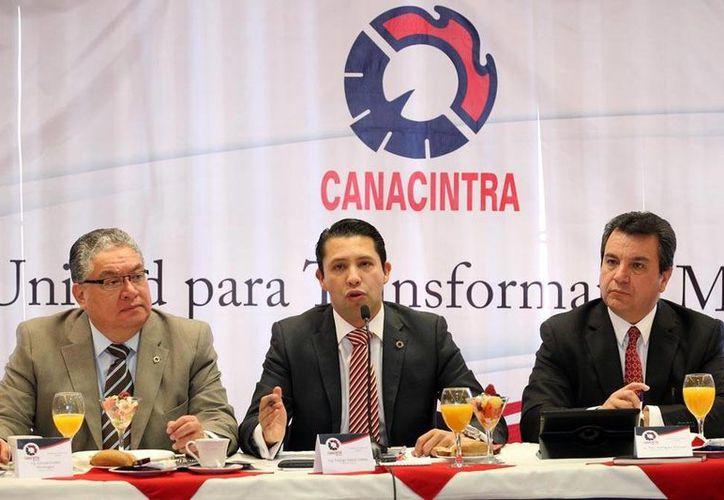 El presidente de la Cámara Nacional de la Industria de la Transformación (Canacintra), Rodrígo Alpizar Vallejo (centro), en conferencia de prensa, confió en que el Pacto Fiscal se firme lo más pronto posible, a fin de dar certidumbre a las inversiones. En la imagen lo acompañan Enrique Guillen y Raúl Rodríguez Márquez.(Notimex)
