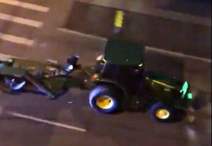 El sujeto intentó escapar en un tractor por las calles de Denver. (Internet)