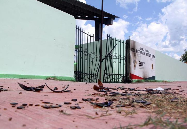 De acuerdo con testimonios de la gente, supuestos priistas intentaron derribar con una camioneta la reja en la escuela primaria José Victoriano Moguel Verde, con intención de robar las urnas. (SIPSE)