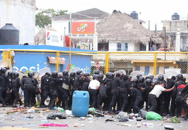 Ante los reclamos de libre paso, la Policía Nacional Civil de Guatemala implementó un cerco de seguridad. (Milenio)