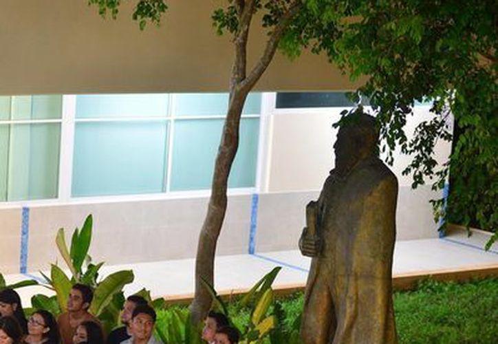Imagen de los alumnos mientrsa esperaban para emitir su voto en la Facultad de Derecho de la Uady. (Milenio Novedades)