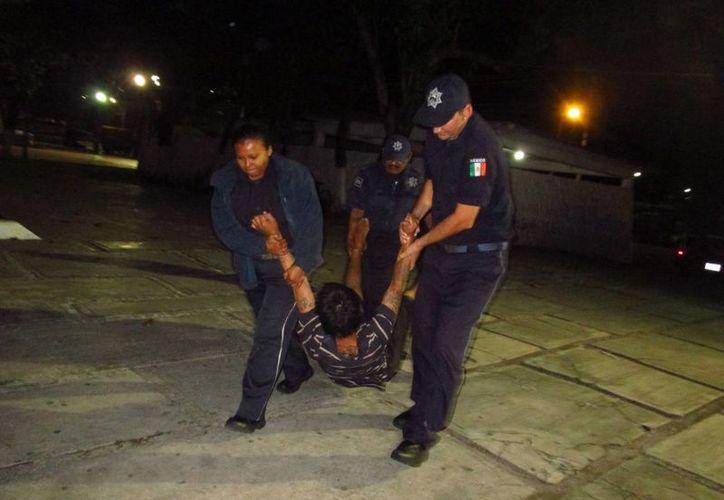 Dos sujetos en estado de ebriedad fueron salvados de ahogarse cuando dormían en la orilla de la playa. (Redacción/SIPSE)