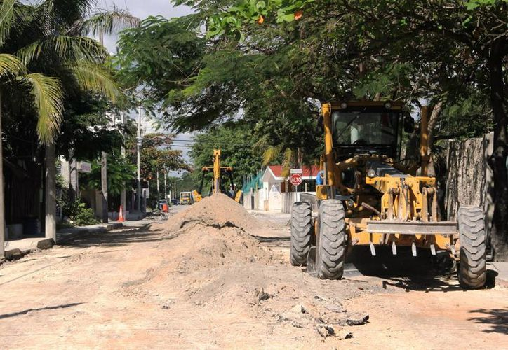 La maquinaria pesada continúa trabajando en la calle Polar, que de acuerdo con los vecinos, los empleados debieron concluir hace dos semanas. (Rossy López/SIPSE)