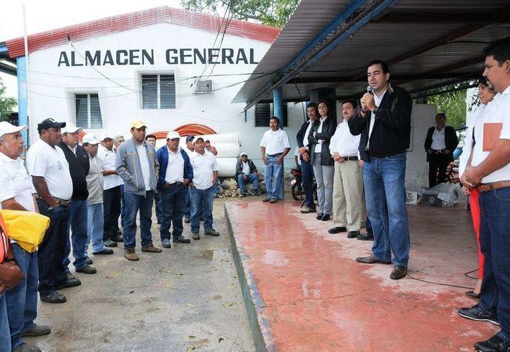 El director general de la CAPA, José Alberto Alonso, entregó prendas de protección a brigadistas y operadores de la dependencia. (Cortesía/SIPSE)