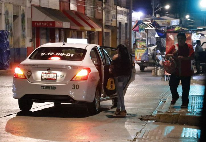 Taxistas dan rondines nocturnos en el centro para buscar clientes. (Foto: Milenio Novedades)