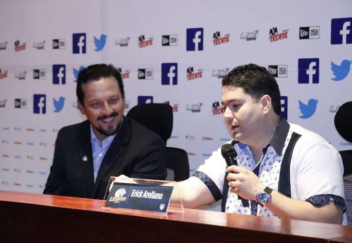Javier Salinas, Presidente de la LMB, junto con Erick Arellano, Presidente ejecutivo de Leones de Yucatán. (Fotos: José Acosta/Milenio Novedades)