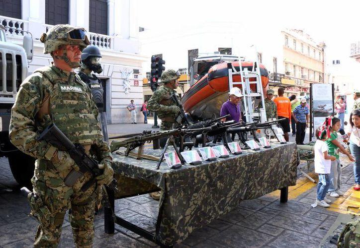 Elementos de las fuerzas especiales presentaron diversas armas en el centro histórico de Mérida. (Milenio Novedades)