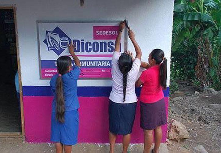 Serán equipados 20 mil de los 27 mil establecimientos de la red de abasto de Diconsa y gradualmente se sumarán los demás puntos de venta hasta completar la totalidad de ellos. Imagen de contexto de un grupo de mujeres en una tienda rural. (Agencias/Archivo)
