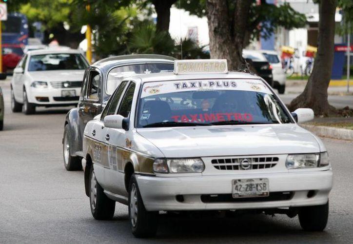 El alza en los taxis se aplicaría desde enero de 2014. (SIPSE)