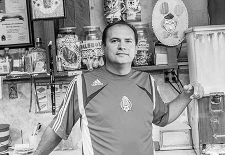Andrés Tovar, de 40 años, un inmigrante que antes fue vendedor de marcos para cuadros en Cancún, llegó a Miami y pintó casas. Luego inició su negocio de venta de tacos en un carro móvil hasta rentar su propio local. (miaminewtimes.com)