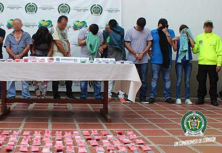 Las 18 personas detenidas están acusadas del tráfico de anfetaminas, ácidos, éxtasis y la denominada cocaína rosada. (@DIJINPolicia)