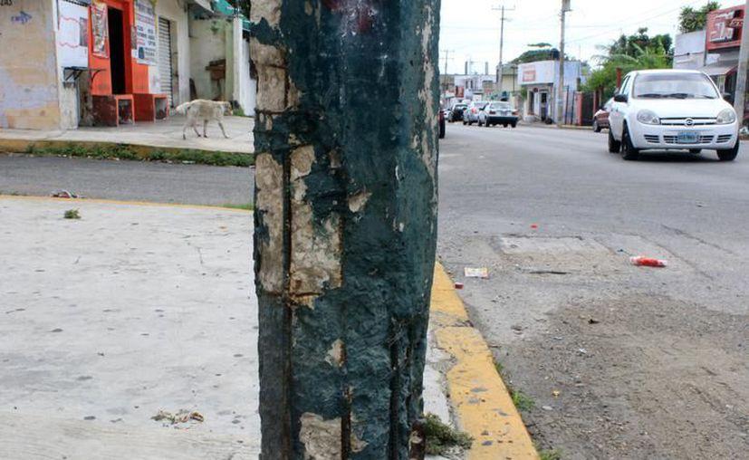 Al menos 20 postes de luz  tienen daño en la estructura en la avenida Torcasita. (Archivo/SIPSE).