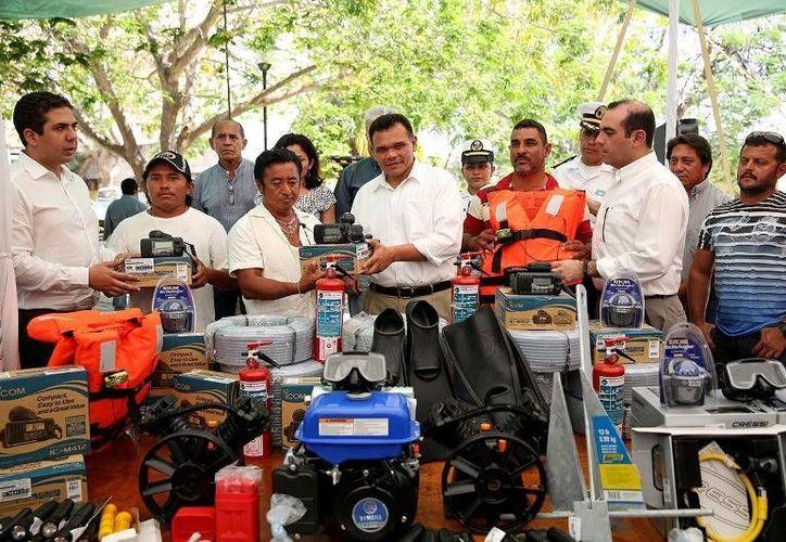 En Progreso el Gobernador  (c) entregó el último pago del Programa de Empleo Temporal, así como equipos a pescadores e inauguró oficinas de la Comisión de Pesca y Acuacultura Sustentable. (Cortesía)