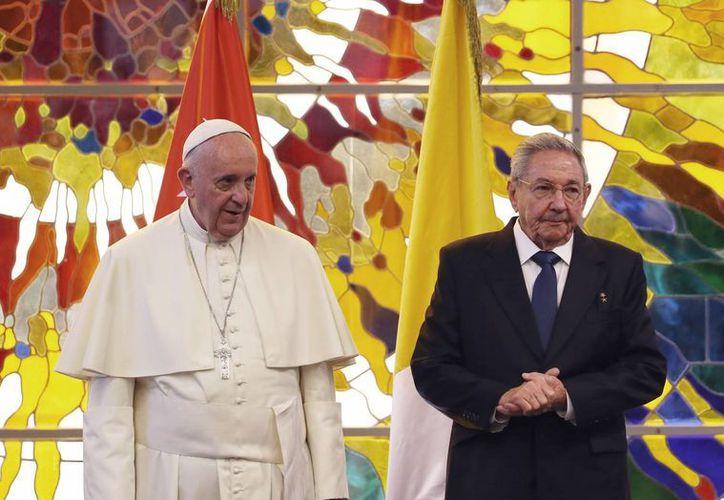 El papa argentino y el presidente cubano sostuvieron un encuentro de unos 15 minutos en el Palacio de la Revolución en La Habana. (AP)