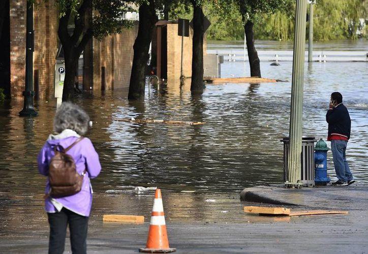 En Texas el agua ha arrastrado a varios vehículos. (EFE)