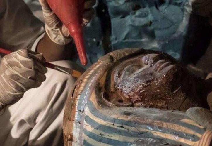 La momia está envuelta en lino y tiene la cabeza cubierta con una máscara. (Foto: El Telégrafo)
