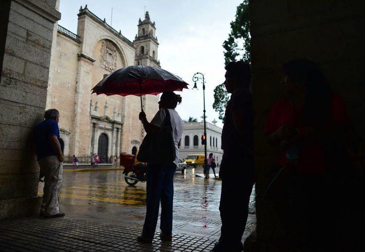 Ligeras lluvias bañaron ayer lunes varios puntos de la ciudad de Mérida. (SIPSE)