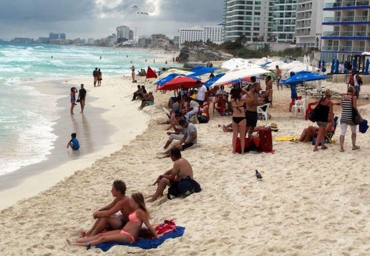 Las playas estuvieron concurridas, a pesar de registrarse un día nublado. (Luis Soto/SIPSE)