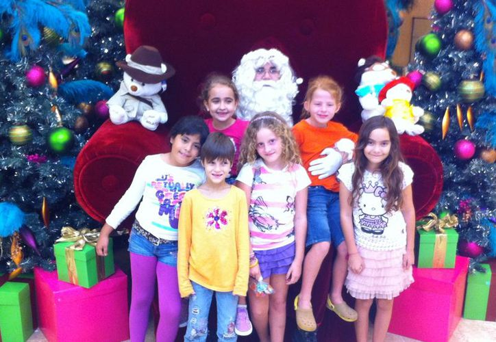 Santa Claus se mantiene muy ocupado en estos días por la visita de los niños que piden sus regalos. (Miguel Ángel Ortíz/SIPSE)