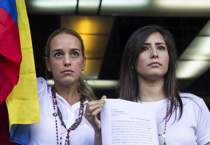 La esposa del líder opositor Leopoldo López, Lilian Tintori (i), y la esposa del exalcalde de San Cristóbal Daniel Ceballos, Patricia Gutiérrez (d), presentan una denuncia ante el Ministerio Público de Venezuela por tratos crueles contra sus maridos. (EFE)