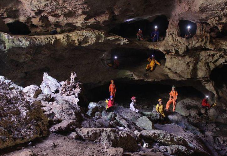 Impresionante estampa desde una gruta que es explorada por los audaces integrantes de Ajau, comandados por el antropólogo Carlos Evia. (Sergio Grosjean/SIPSE)