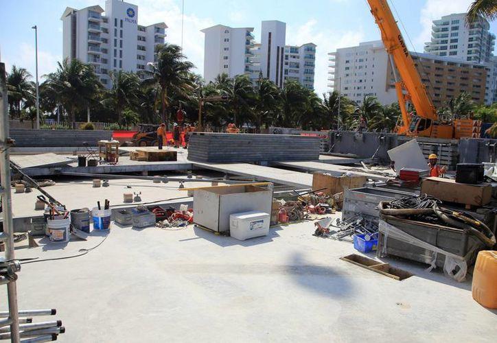 Avanza la construcción del atractivo en la zona turística. (Luis Soto/SIPSE)