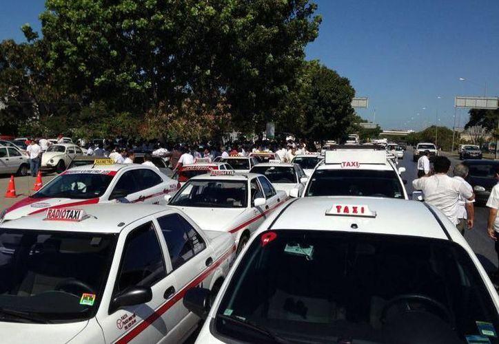 Son más de cuatro mil los taxis que a diario circulan en las calles de Mérida. (Archivo/SIPSE)