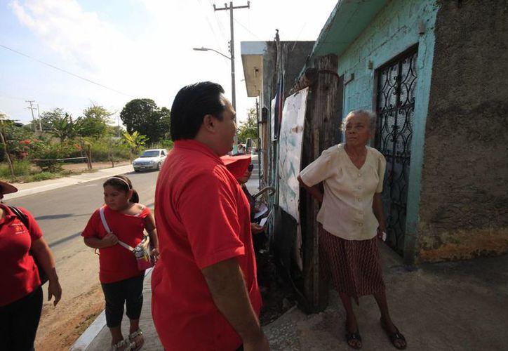 Marco Antonio May Molina, candidato del PT, inició campaña en la Colonia Lagunitas. (Harold Alcocer/SIPSE)
