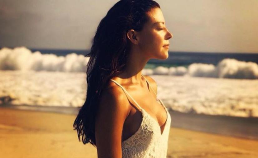 Fernanda Castillo publicó en su cuenta de Instagram una fotografía modelando su bañador. (Instagram)