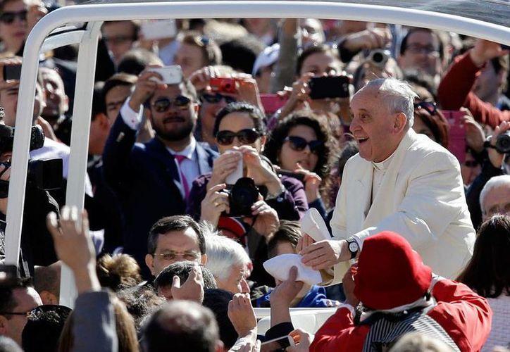 """El Papa recordó que para los católicos la muerte y Pasión de Jesucristo """"no ocurre por error"""", sino que """"de este modo les muestra """"su amor infinito"""", durante la audiencia de los miércoles. (AP)"""