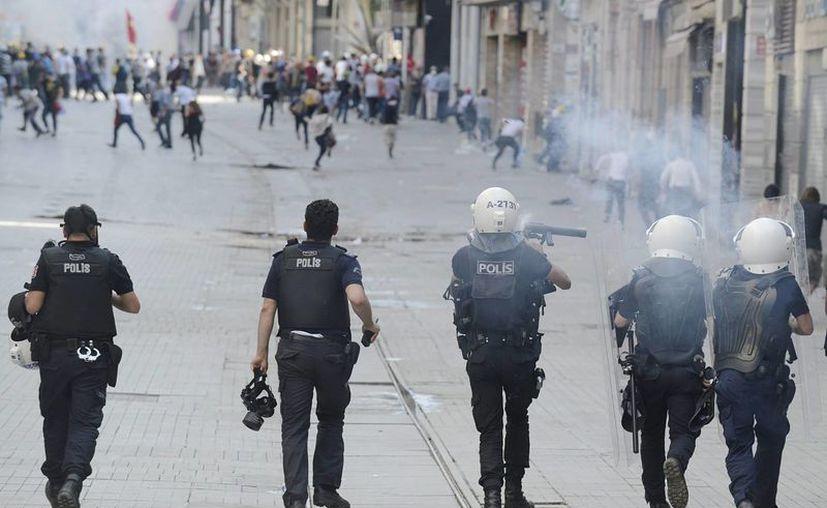 La policía antidisturbios se enfrenta a los manifestantes antigubernamentales en Estambul, Turquía. (EFE)