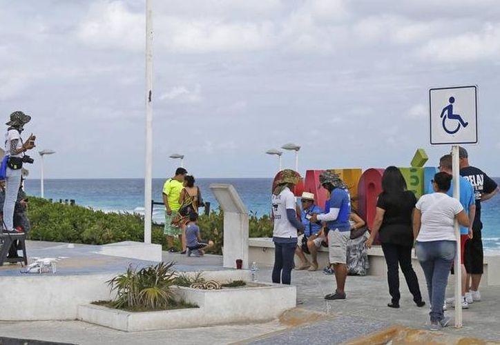 Una empresa dedicada a la grabación de videos de turistas, cobraban a los visitantes por tomar fotos en el parador turístico.  (Jesús Tijerina/SIPSE)