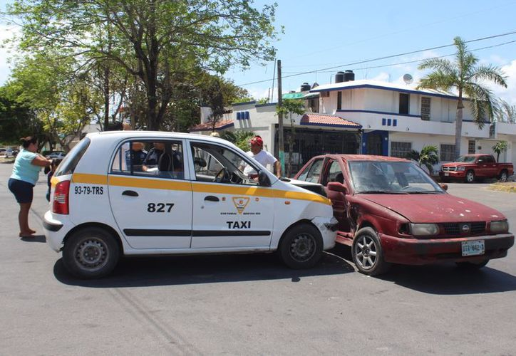 El sexagenario que conducía el Tsuru invadió el claro de intersección y fue colisionado por el taxi.