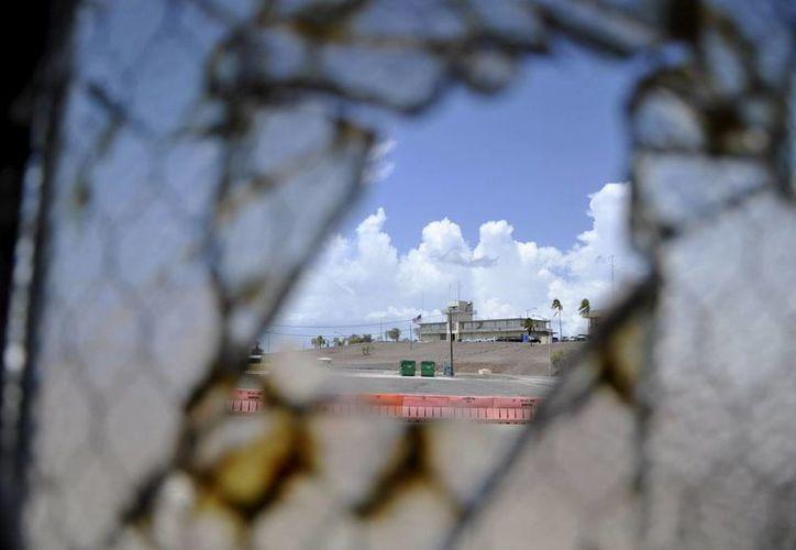 Base Aeronaval de Guantánamo a través de una ventana rota en el Campamento Justicia, de la zona naval de EU en Cuba. (AP)