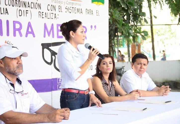 """El arranque del programa """"Tulum Mira Mejor"""" fue encabezado por la presidenta del DIF, Evangelina Poot de Balam, y la regidora Anahí Mendoza Ramos. (Rossy López/SIPSE)"""