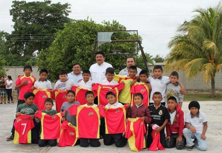 El alcalde de Motul, Julián Pech Aguilar, con estudiantes de Timul. (SIPSE)